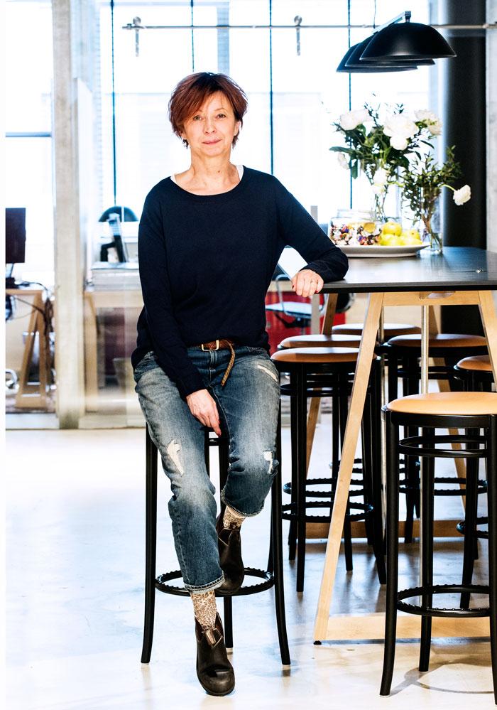 Helen, som är showroomkordinator på Lindex, visade jeans i början av hösten.