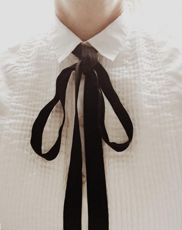 En svart band fungerar till många olika sorters skjortor och blusar.