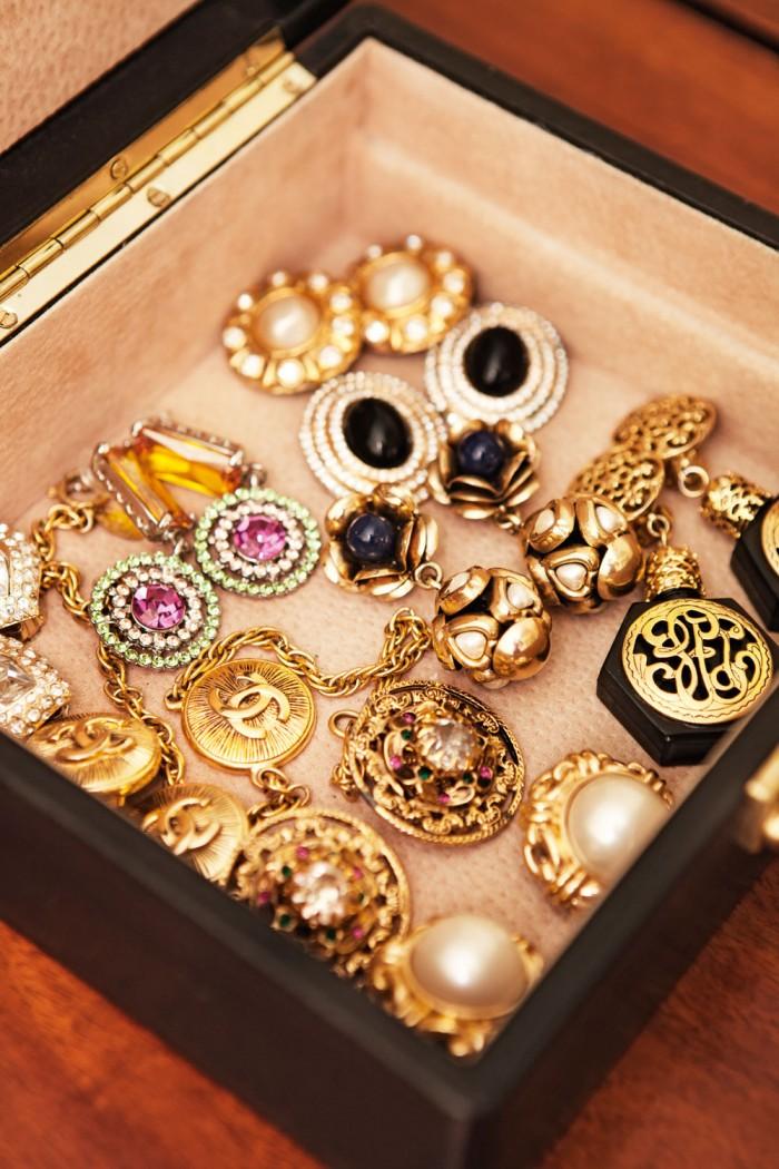 En titt i Camillas smyckesskrin. Foto: Niklas Palmklint.