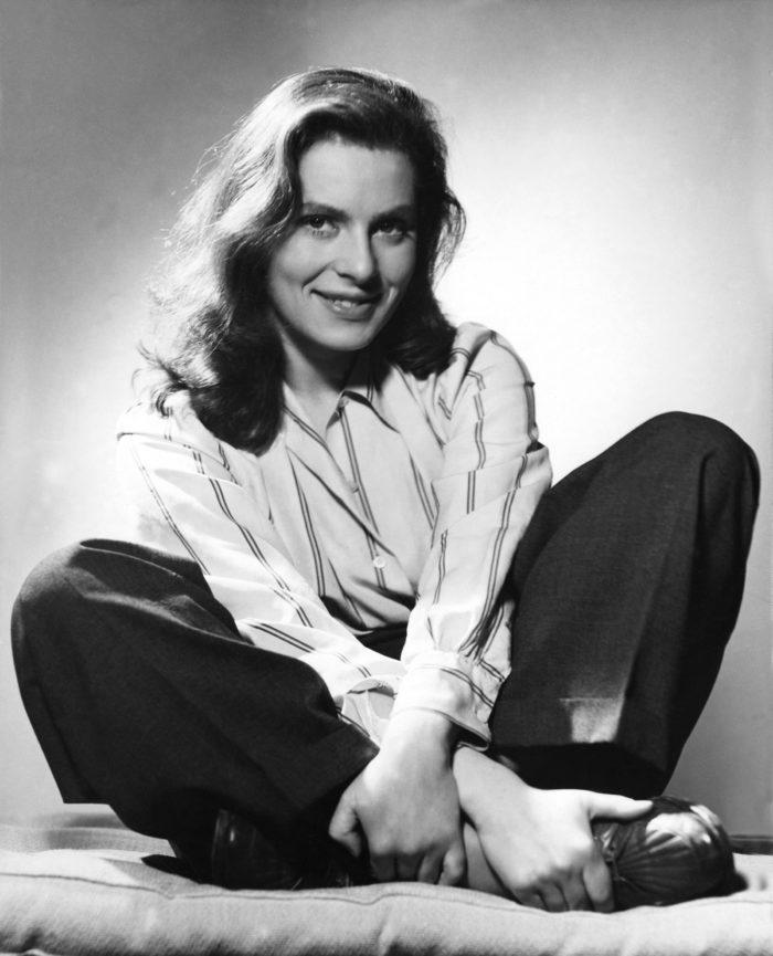 """Skådespelerskan Viveca Lindfors, 1943. Pressbild för Nordiska museets utställning """"Att fånga ögonblicket. Porträtt- och modefotografi av Kerstin Bernhard"""""""
